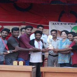 Chief guests issuing trophy with cash prize to the winner team-Royal Dip